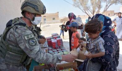 Mehmetçik'ten Barış Pınarı bölgesinde gıda yardımı