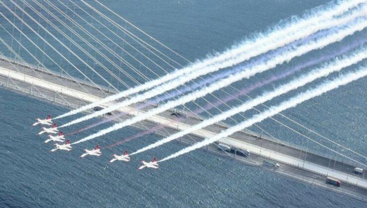 SOLOTÜRK ve Türk Yıldızları İstanbul Boğazı semalarında selamlama uçuşu gerçekleştirdi